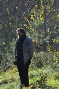 Kunagi metsakorraldajana ja looduskaitses töötanud Rainer Kuuba on jätnud osa oma metsast meelega looduse meelevalda ega tee seal midagi. Foto: Vivika Veski