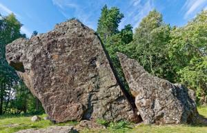Sageli on rändrahnud üsna sarnase välimusega. Mõnel kivil on siiski ka niivõrd omapärane kuju, et selle tunneb eksimatult ära. Näiteks on selline Jaani-Tooma Suurkivi Lahemaal. Foto: Arne Ader