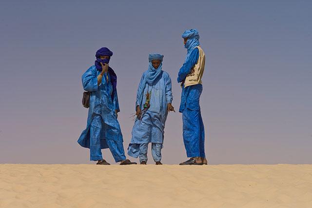 Tuareegi mehed traditsioonilises indigosinises riietuses, mille juurde kuulub ka nägu kattev turban